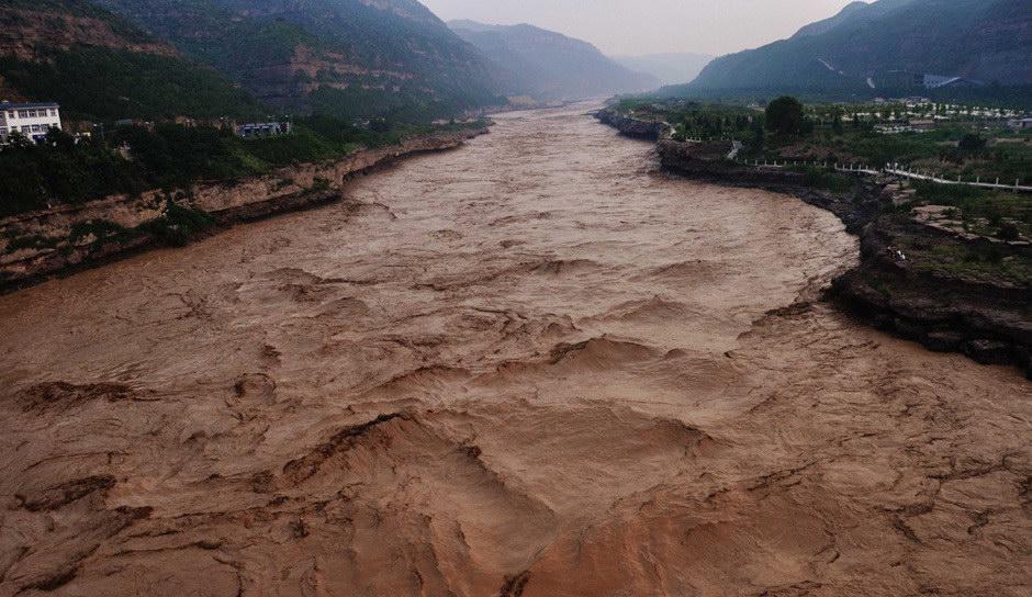 7月28日,在山西吉县黄河壶口瀑布景区山坡上拍摄的壶口瀑布